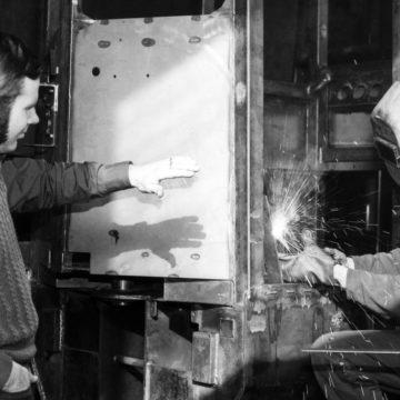 Engineer Jouko Kelppe and welder Osmo Saastamoinen manufacturing a forwarder on 30 March 1977. (The Savon Sanomat archive)